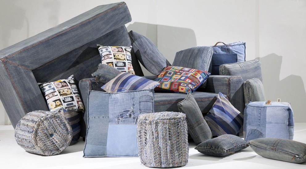 Trendiges Denim-Sofa oder ein Hocker aus recycelten Jeans